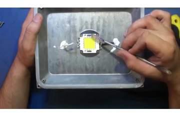 Почему LED прожектор мигает?